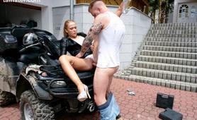 Mechanik posuwa swoją klientkę