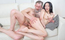 Starszy mężczyzna wraca z pracy i od razu dobiera się do dziewczyny