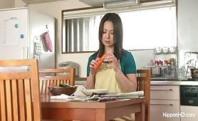 Japonka wkłada sobie marchewkę do cipki