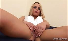 Blondyna palcuje sobie dupkę - Mia Rosen