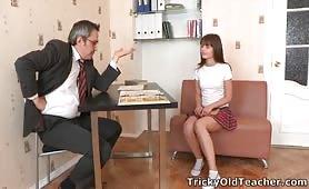 Nauczyciel ma plan zamoczyć chuja w młodej cipce - Liona Levi