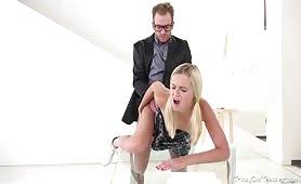 Nauczyciel sprawdza smak i głębokość waginy swoje uczennicy