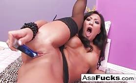 Gwiazda porno Asa Akira dogadza sobie wibratorem