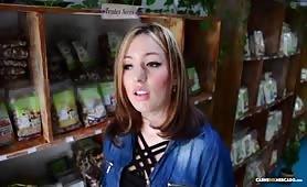 Pulchna dziewczyna ze sklepu