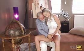 Dziadek bierze małolatkę na kolana i wsadza łapę do majtek
