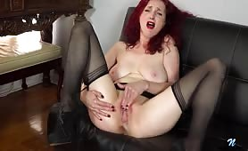 Masturbuje dojrzałą szparkę i dochodzi