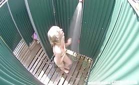 Blondyneczka bierze kąpiel pod prysznicem