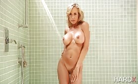 Gorąca, naga kocica czeka pod prysznicem