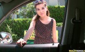 Za 300 dolków dała się zerżnąć na tylnym siedzeniu samochodu
