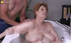 Młody kochanek kąpie i rucha grubą babcię