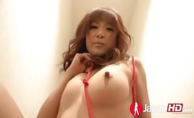 Naoliwiona Japoneczka oplata się sznurkiem