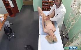 Pan doktor wykonuje bardzo dogłębne badanie