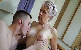 Napalona babcia rucha się z młodym chłopakiem