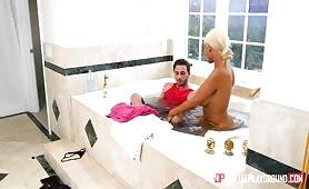 Wkurzona na męża wciąga młodego do wspólnej kąpieli i bzykanka