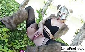 W stroju Wikinga masturbuje szparkę w lesie