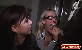Czarny facet posuwa dwie Niemki na klatce schodowej - Lana Vegas, Melina Pure
