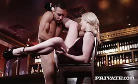 Wygrzmocona w tyłek na barze