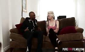 Czarny facet ma ochote na seks z krótko obciętą blondyną