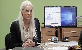 Atrakcyjna bizneswoman negocjuje warunki kredytu