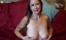 Starsza pani pieści swoje piersi i włochatego bobra