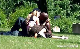 Czarny podrywacz upolował w parku milfetkę