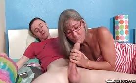 Babcia z wprawą zajęła się dużym fiutem młodego