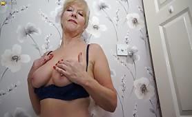 Angielska babcia pokazuje każdy zakamarek swojego ciała
