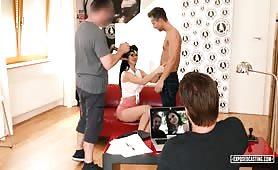 Milfetka namawia partnera do wzięcia udziału w porno castingu