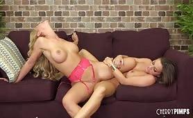 Gwiazdy porno dają lesbijski pokaz na żywo