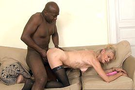 Czarnoskóry facet spuszca się w dupę wysuszonej babci