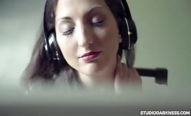 Zasłuchana w muzyce pieści się między nogami