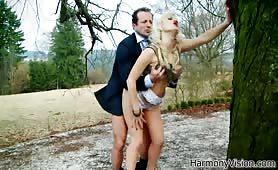 Bogaty koleś sprowadził sobie do rezydencji blond dziwkę