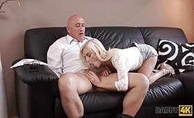 Wystrzałowa blondyna ma ochotę na starszego pana