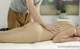 Masażysta dogadza atrakcyjnej klientce