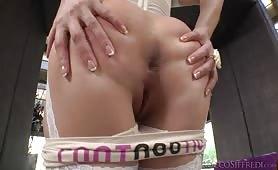 Lucy Heart zdejmuje majteczki i pokazuje tyłeczek