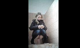 Dziewczyna z wygoloną cipką robi siusiu