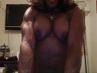 Czarna kulturystka preży się topless przed kamerką