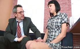 Młoda dupa z krótkimi włosami rucha się ze starszym nauczycielem